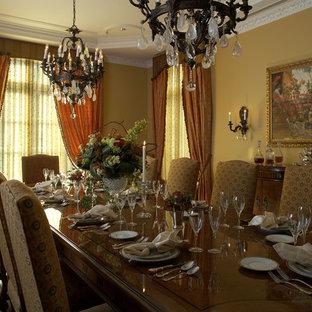 Idee per un'ampia sala da pranzo classica chiusa con pareti gialle, pavimento in legno massello medio e nessun camino