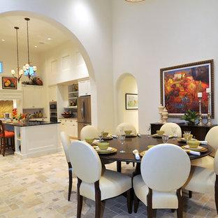 Idée de décoration pour une salle à manger ouverte sur le salon tradition avec un sol en travertin et un sol beige.
