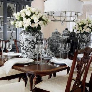 Aménagement d'une grand salle à manger classique fermée avec un mur beige, un sol en bois foncé et un sol rose.