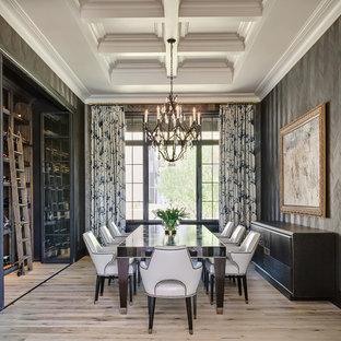 Inspiration pour une salle à manger traditionnelle avec un mur gris et un sol en bois clair.