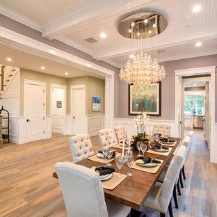 Новый формат декора квартиры: столовая в классическом стиле с фиолетовыми стенами и паркетным полом среднего тона