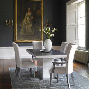 Ispirazione per una sala da pranzo tradizionale con pavimento in legno massello medio e pareti nere