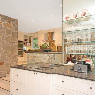 Ejemplo de comedor moderno, de tamaño medio, abierto, sin chimenea, con paredes blancas y suelo de mármol