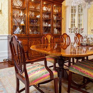 Exemple d'une salle à manger victorienne fermée et de taille moyenne avec un mur vert, un sol en bois foncé et aucune cheminée.