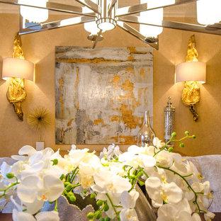 Foto di una grande sala da pranzo tradizionale chiusa con pareti beige, pavimento in gres porcellanato, nessun camino e pavimento beige