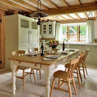 他の地域の中くらいのシャビーシック調のおしゃれなダイニングキッチン (ライムストーンの床、ベージュの床、白い壁) の写真