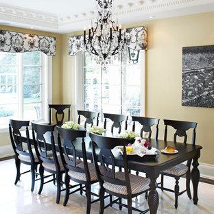 Imagen de comedor de cocina clásico, grande, sin chimenea, con paredes amarillas, suelo de mármol y suelo blanco