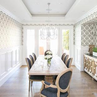 Immagine di una sala da pranzo chic chiusa con pareti multicolore, parquet chiaro, nessun camino e pavimento beige