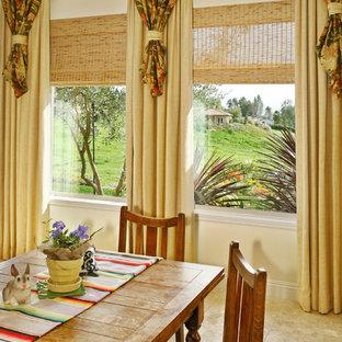 Diseño de comedor tradicional, pequeño, abierto, sin chimenea, con paredes amarillas y suelo de mármol