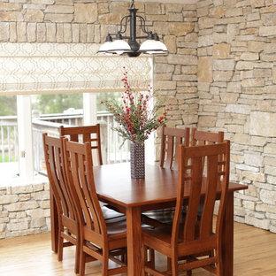 Idee per una sala da pranzo aperta verso il soggiorno american style con pavimento in bambù e pavimento multicolore