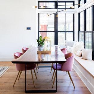シャーロットの広いコンテンポラリースタイルのおしゃれなダイニング (朝食スペース、白い壁、無垢フローリング、茶色い床) の写真
