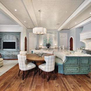 Idee per una sala da pranzo aperta verso la cucina costiera di medie dimensioni con pareti blu, parquet scuro, nessun camino e pavimento marrone