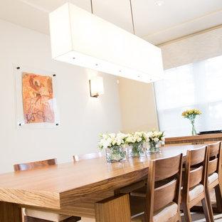 Idéer för en modern separat matplats, med vita väggar och ljust trägolv
