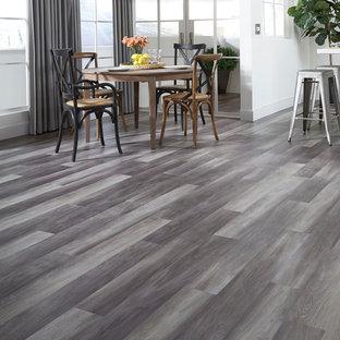 Idee per una grande sala da pranzo aperta verso il soggiorno classica con pareti bianche, pavimento in vinile, nessun camino e pavimento grigio
