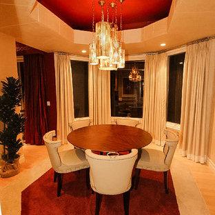 Foto di una sala da pranzo aperta verso la cucina contemporanea di medie dimensioni con pareti beige, parquet chiaro e nessun camino