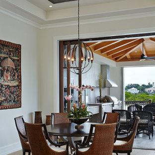 Ispirazione per una sala da pranzo mediterranea con parquet chiaro