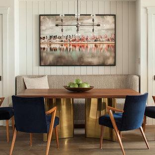 Ejemplo de comedor tradicional renovado, de tamaño medio, abierto, sin chimenea, con paredes blancas y suelo de madera en tonos medios