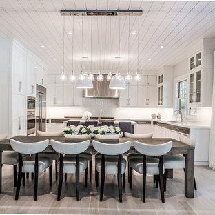 Ejemplo de comedor de cocina clásico renovado con paredes blancas y suelo gris