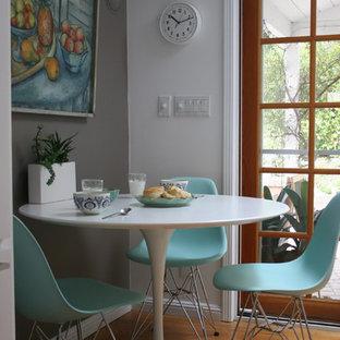 Ejemplo de comedor clásico renovado con paredes grises y suelo de madera en tonos medios