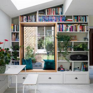 Kleines Klassisches Esszimmer ohne Kamin mit weißer Wandfarbe und grauem Boden in London