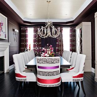 Immagine di una grande sala da pranzo chic chiusa con pareti viola, parquet scuro, cornice del camino in intonaco, camino classico e pavimento nero
