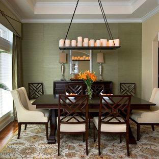 Foto di una sala da pranzo tradizionale chiusa con pareti verdi e parquet scuro