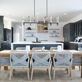 Imagen de comedor de cocina tradicional renovado, grande, sin chimenea, con suelo de madera clara, paredes blancas y suelo beige