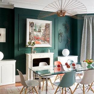 Ispirazione per una grande sala da pranzo tradizionale chiusa con pareti verdi, pavimento in legno massello medio, camino classico e cornice del camino in legno