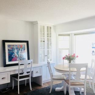 Foto di una sala da pranzo aperta verso il soggiorno contemporanea di medie dimensioni con pareti bianche, pavimento in vinile, camino ad angolo, cornice del camino in intonaco e pavimento marrone