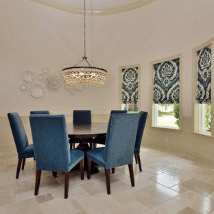Idee per un'ampia sala da pranzo aperta verso il soggiorno mediterranea con pareti bianche, pavimento in travertino, pavimento beige e nessun camino