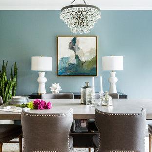 Esempio di una piccola sala da pranzo aperta verso la cucina tradizionale con pareti blu, moquette, nessun camino e pavimento marrone