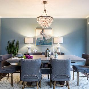 Imagen de comedor de cocina clásico renovado, pequeño, sin chimenea, con suelo marrón, paredes azules y moqueta