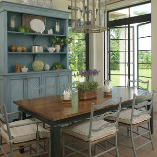 Ejemplo de comedor tropical con paredes beige y suelo de madera en tonos medios