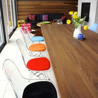 Ispirazione per una piccola sala da pranzo aperta verso il soggiorno minimalista con pareti grigie e pavimento con piastrelle in ceramica