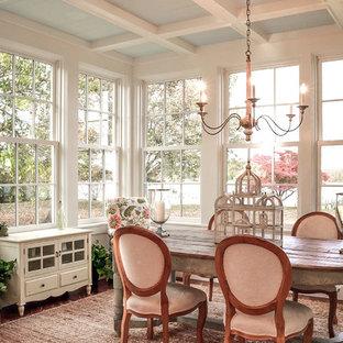 Esempio di una sala da pranzo stile shabby con parquet scuro e pavimento marrone