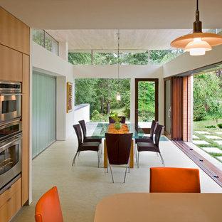 Exemple d'une salle à manger tendance avec un sol en linoléum.
