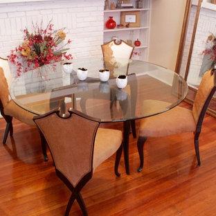 Modelo de comedor clásico renovado, pequeño, cerrado, con paredes beige, suelo de madera en tonos medios y chimenea tradicional