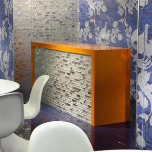 Esempio di una grande sala da pranzo moderna chiusa con pareti con effetto metallico e pavimento in gres porcellanato