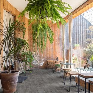 Ispirazione per una sala da pranzo tropicale con pavimento in vinile