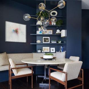 Modelo de comedor contemporáneo, pequeño, sin chimenea, con paredes azules y suelo de madera oscura