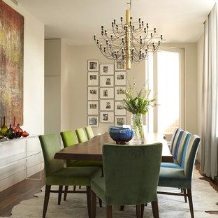 Ejemplo de comedor actual, de tamaño medio, con paredes beige y suelo de madera en tonos medios