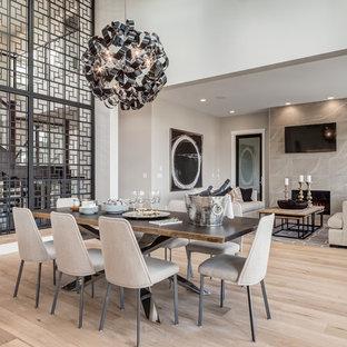Ispirazione per una sala da pranzo aperta verso il soggiorno contemporanea di medie dimensioni con parquet chiaro, pareti bianche, camino classico, cornice del camino piastrellata e pavimento beige