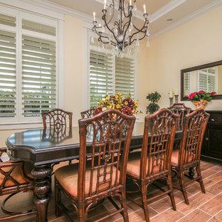 Esempio di una sala da pranzo tropicale chiusa e di medie dimensioni con pareti beige, parquet scuro, nessun camino e pavimento marrone