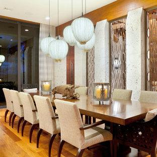 Idee per una sala da pranzo tropicale di medie dimensioni con parquet chiaro