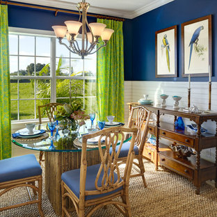 Ispirazione per una sala da pranzo tropicale con pareti blu