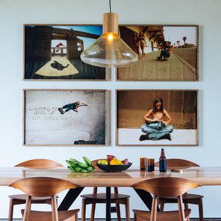 Foto de comedor exótico con paredes blancas