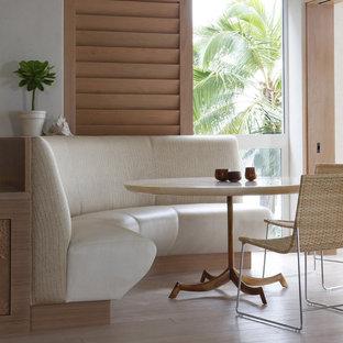 Idee per una sala da pranzo tropicale con pareti bianche, pavimento in legno massello medio e pavimento beige