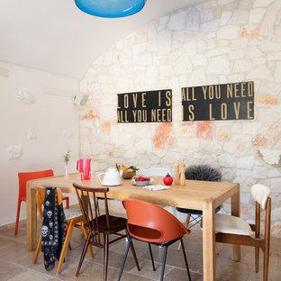 Ispirazione per una sala da pranzo mediterranea con pareti bianche