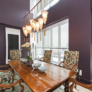 Imagen de comedor bohemio, grande, abierto, con paredes púrpuras