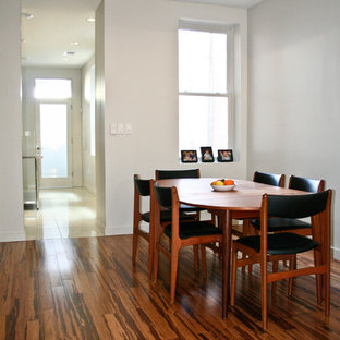 Свежая идея для дизайна: маленькая столовая в стиле модернизм с полом из бамбука и белыми стенами без камина - отличное фото интерьера